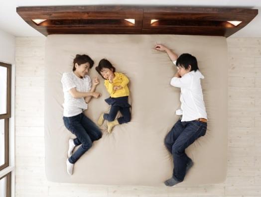 家族みんなでお休み!大きいすのこベッド『コンセント・ライト付きデザインすのこベッド ALUTERIA アルテリア』