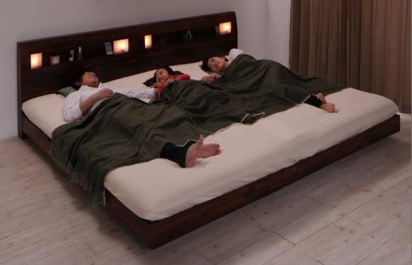 家族全員で大きなすのこベッドでお休み