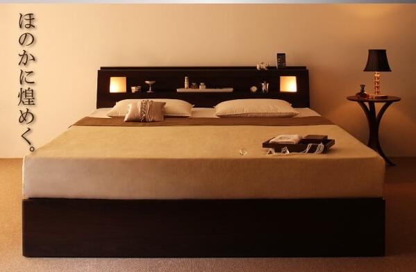 棚の両側から仄かに照らすモダンライト付きの収納ベッド『モダンデザイン・大型サイズ収納ベッド【Aisance】エザンス』