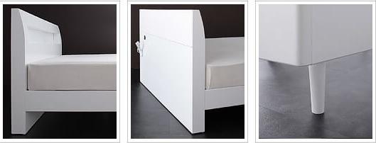 白いベッド『棚・コンセント付きデザインすのこベッド【Alamode】アラモード』の白。脚まで真っ白