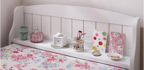可愛いベッドは棚の可愛さがポイント