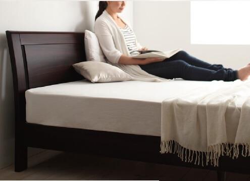 背もたれのあるシンプルベッドフレーム『デザインパネルすのこベッド【Carameliser】キャラメリーゼ』