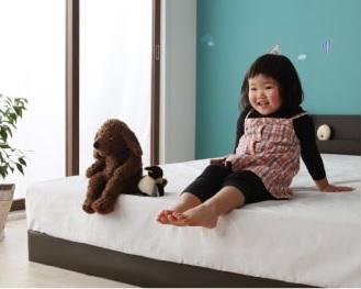 大きなフロアタイプのすのこベッド『親子で寝られる棚・コンセント付き安全連結ベッド【Familiebe】ファミリーベ』は低いのが特徴