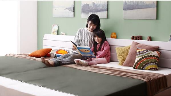 白いベッド『親子で寝られる棚・コンセント付きレザー連結ベッド【Familiena】ファミリーナ』
