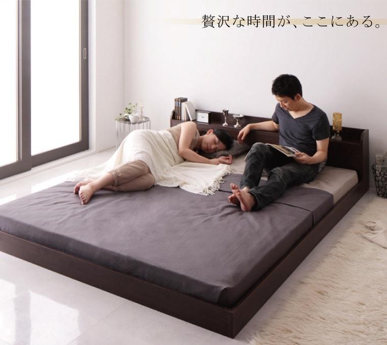 フロアタイプのクイーンサイズのベッドのある風景『棚・コンセント付きモダンデザインフロアベッド【Lucious】ルーシャス』