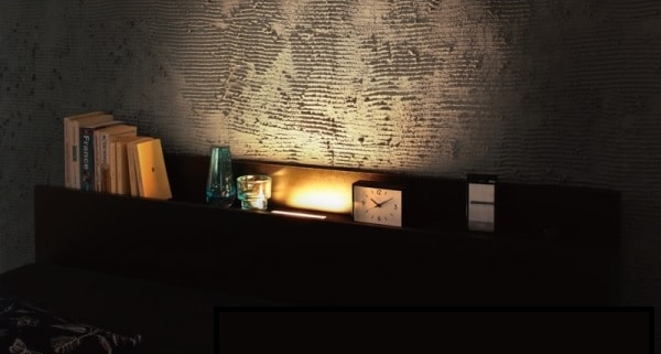 間接照明がベッドヘッドウォールを照らす収納ベッド『モダンライト・コンセント付き収納ベッド 【Pesante】 ペザンテ』
