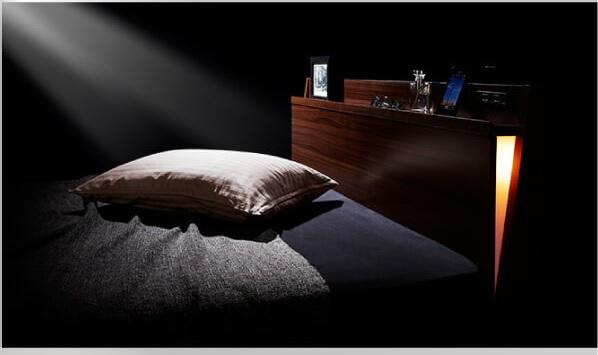 ベッドサイドから照らすの間接照明付きシンプルベッド『モダンライト・コンセント付きスリムデザインすのこベッド【Reizvoll】ライツフォル』