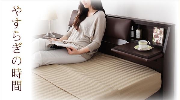 ベッドボードがクッションになっていて寄りかかってソファーのようにリラックスできて、さらにお茶が置けるテーブル付きの収納ベッド『クッション・フラップテーブル付き収納ベッド【Relassy】リラシー』