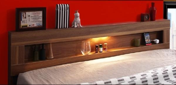 宮棚の上部から棚のギャラリーを照らすような間接照明が、部屋に仄かに広がるフロアベッド『LEDライト・コンセント付きフロアベッド【Rufen】ルーフェン』
