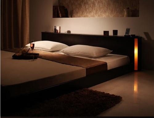 棚の両側から仄かに照らすモダンライト付きのフロアベッド『モダンライト・収納・コンセント付き大型フロアベッド 【Senfill】センフィル』
