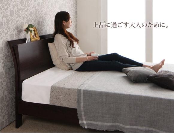 ベッドのヘッドボードに寄りかかってソファーのように過ごせるベッド『棚・コンセント付きモダンデザインすのこベッド【Wurde-R】ヴルデアール』