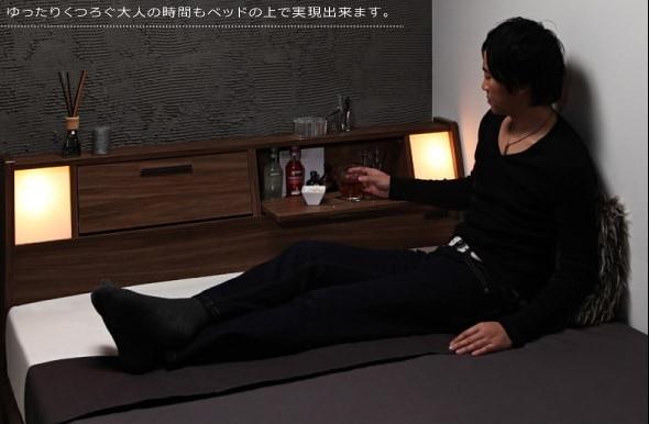 フラップテーブルの付いたベッド