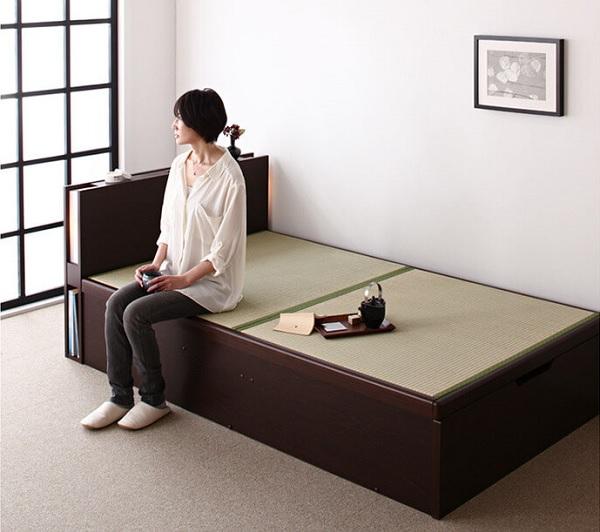 和室に腰掛けられるベッドがおススメ『照明・棚付きガス圧式跳ね上げ畳収納ベッド【月花】ツキハナ』