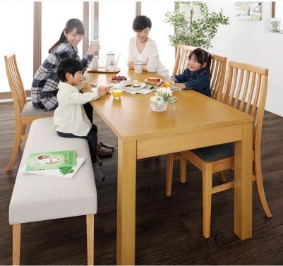 ダイニングテーブルで小さい子とお食事