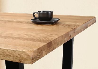 無垢材のテーブルということがよくわかる写真