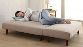 女性ならソファーベッドとして使えるカモの『マルチレイアウトリクライニングソファベッド【Creil】クレイユ』に足を曲げて寝る