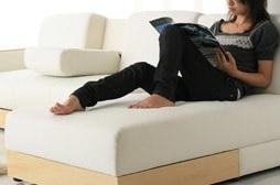 ディベッドのある多機能ソファーで読書