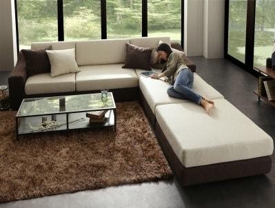 大型ソファーで読書をする