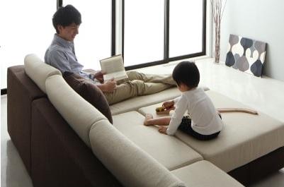 大型ソファーで子供と一緒に読書