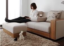 多機能ソファーの一部をオットマンとして使って読書